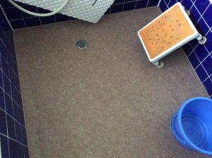 お風呂の床はクッションシートを施工